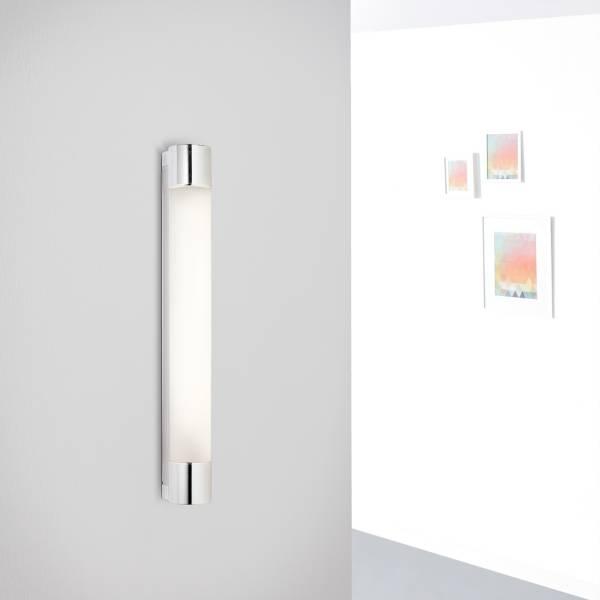 LED Spiegel Wandleuchte mit Steckdose, 7 Watt, 500 Lumen, 4000 Kelvin aus Metall / Glas in weiß / chrom